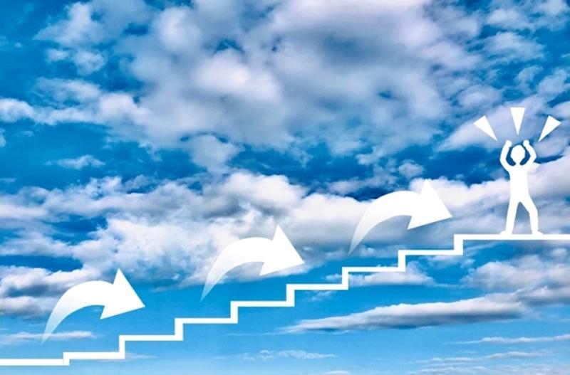 順番に階段を上って目標に到達する男性