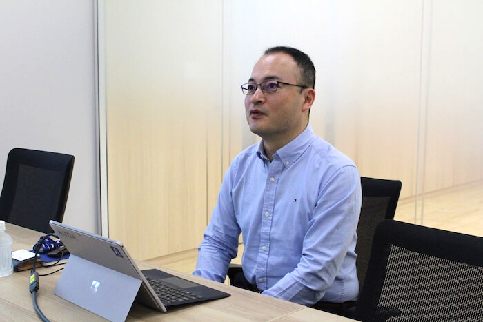 弥生グループの新規事業アルトアについて話す小松一也部長