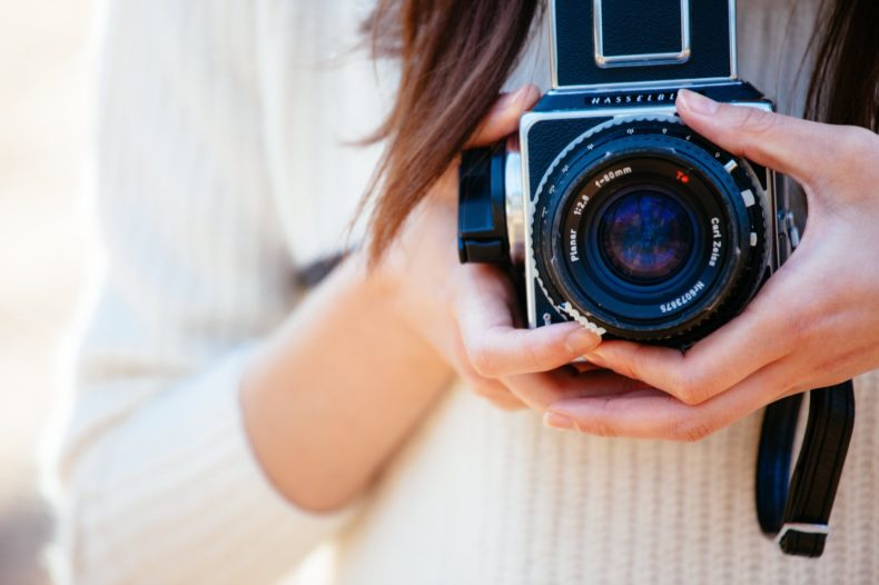 写真撮影を仕事にする女性