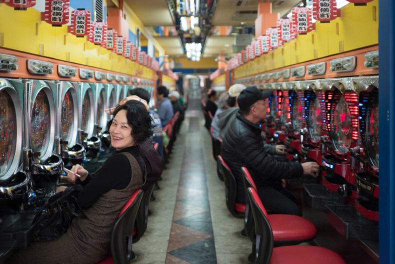 ギャンブルのパチンコで不労所得を狙う女性